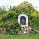 mimo skalnjaka s kapelico in lepim cvetjem...