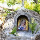 svetišče v skali pod cerkvijo...