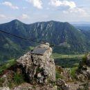 vrh kopitnika s pogledom na veliko kozje in lisco v ozadju
