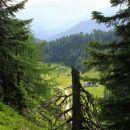 pogled na višarsko planino s poti na kamnitega lovca