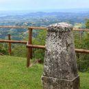 kamniti stebri pred kočo so spomin na vojaške čete, bataljone... iz 1. sv. vojne