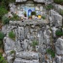 kapelica v kamnu pod kočo