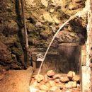 v kleti je izvir termalne vode, ki ima stalno 36 st. celzija