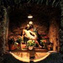 oltar v kleti poleg izvira