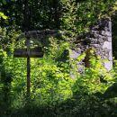 ruševine cerkve marijinega vnebovzetja, ki je stala nad robom vasi...