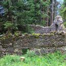 ruševine v gozdu pred planino krni dol