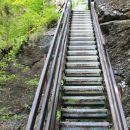 kar strmo po stopnicah navzgor
