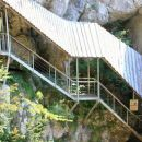 galerija vpeta v skalno steno