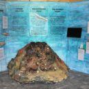 razstavna hiška poleg doma s poučnimi prikazi delovanja vulkanov...