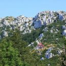 planinski dom in skalni masiv risnjaka nad njim