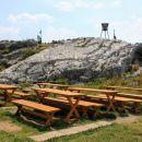 nove klopi in mize pred planinskim domom