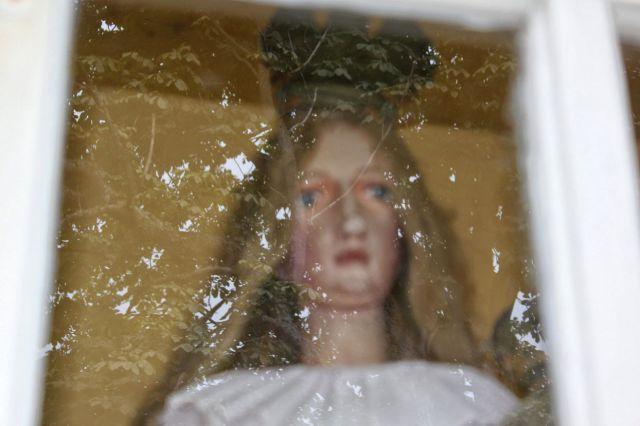 Obraz marije v kapeli deluje živo