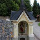 pod kapelico je izvir, voda naj bi bila zdravilna za oči