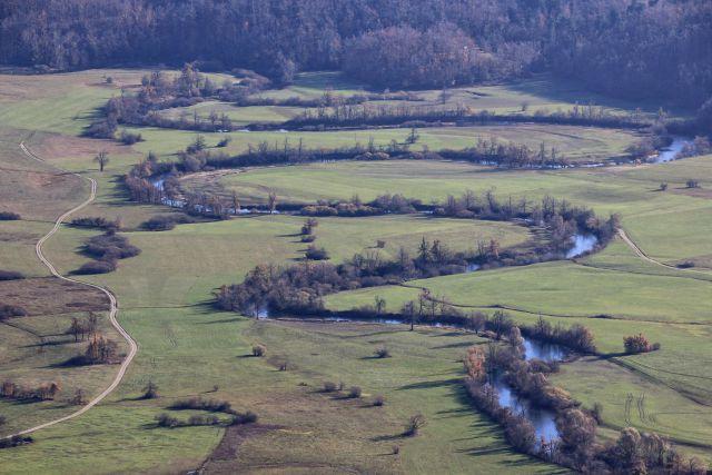 Približani meandri reke unice na planinskem polju