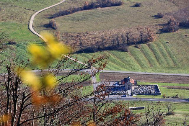 Cerkev sv. križa s pokopališčem pri planini