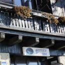 gostišče planina ima dve hišni tablici: partizanski vrh 23 in sveta planina 46