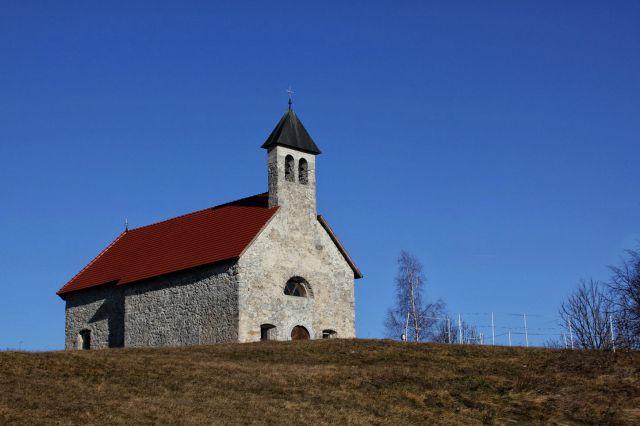 Lična cerkvica sv. antona pri kovači vasi stoji na razglednem griču