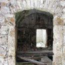 notranjost propadajoče hiše...