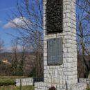 spomenik v bližini šole v erzelju