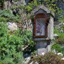 starinsko znamenje pod podrto goro, zraven vpisna skrinjica