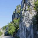 pečine nad cesto, plezalne smeri