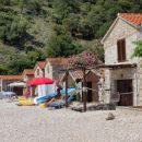spodaj pa sanjski zaliv z malim pristaniščem in hiškami za turiste...