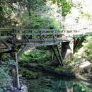 pot je speljana čez nekaj lesenih galerij in mostov