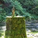 lesena umetnina ob poti