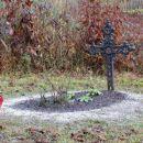 zapuščeno pokopališče pri cerkvi, le en grob je očiščen...
