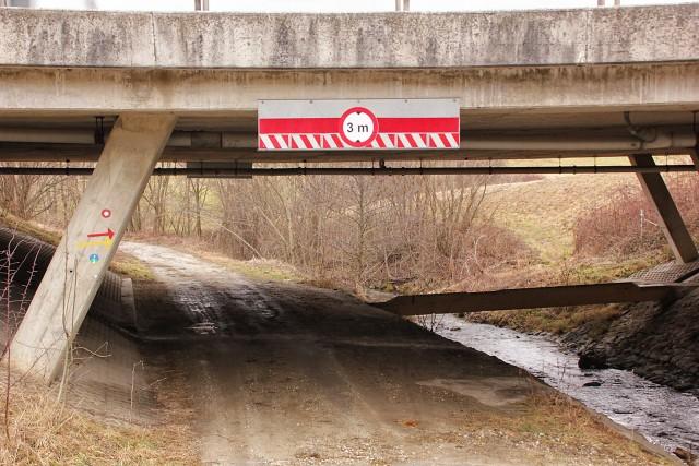 Pod avtocesto in desno čez brv...