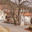 pri kapelici desno, še kak km do izhodišča v Dolu pri Vogljah
