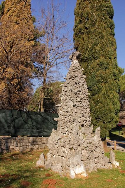 Začetek Rilkejeve poti pri tem spomeniku v Sesljanu