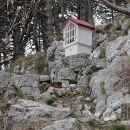 kapelica z vpisno knjigo, pri oknu
