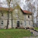 Stara kamnita šolska stavba v kraju Jasenak še danes služi svojemu namenu