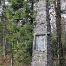 Kamniti obelisk ob Rudolfini ...