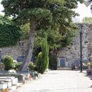 zid ob pokopališču je ostanek pavlinskega samostana