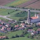 približan pogled na cerkev v vipavski dolini