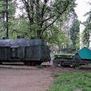 pred cafe tito so razstavljeni eksponati iz 2. sv. vojne...