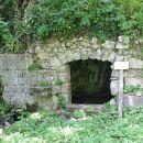 Izvirna jama Peč: obzidan vhod v kraško jamo, v kateri je stalni izvir vode.