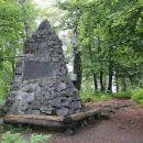 spomenik - piramida na vrhu pugleda (Grosuplje)