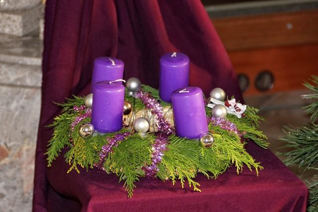 Razstava adventnih venčkov v cerkvi...