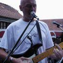 Marjan Hladnik, pevec in drugi kitarist EBB, igra na Blade stratocaster, kitajsko kopijo o