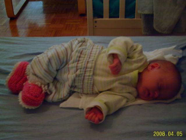 Tako pa naša Lana najraje spi-s prekrižanimi nogicami