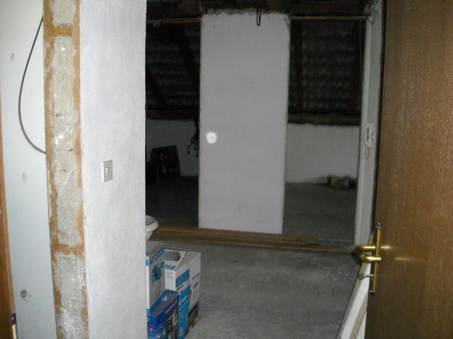 Vhod, levo bo manjši WC, naravnost dnevna, poleg je še manjša sobica.
